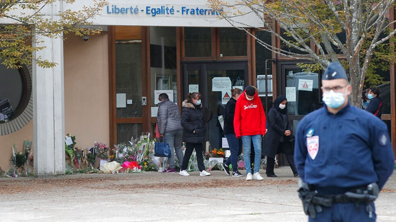 Επιχειρήσεις της αστυνομίας εναντίον δεκάδων ατόμων μετά τον αποκεφαλισμό του καθηγητή στη Γαλλία