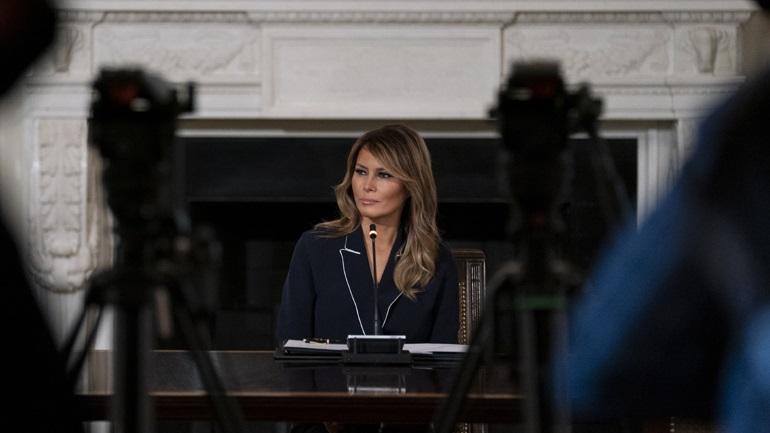 Ο «επίμονος βήχας» ακύρωσε ταξίδι της Μελάνια Τραμπ