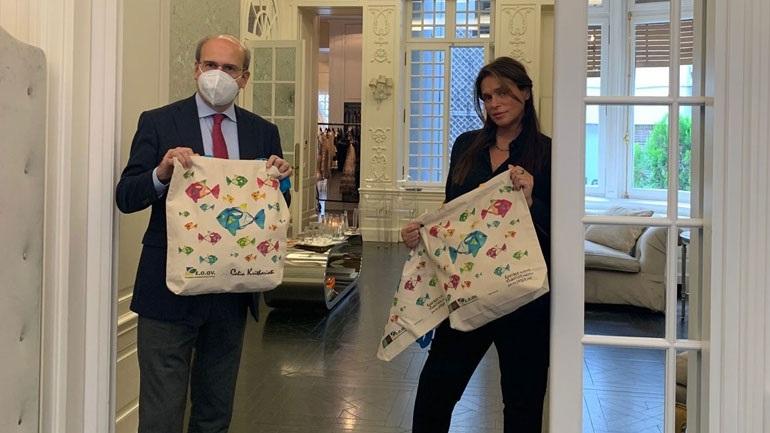 Tσάντα δια χειρός Celia Kritharioti σε 3.5 εκατ. σπίτια για τη μείωση της πλαστικής σακούλας