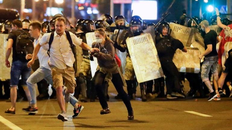 Αναφορές για πυροβολισμούς των αστυνομικών κατά των διαδηλωτών στη Λευκορωσία