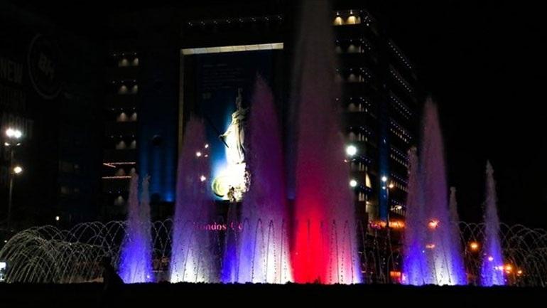 Στα χρώματα της Γαλλίας το σιντριβάνι στην Πλατεία Ομονοίας