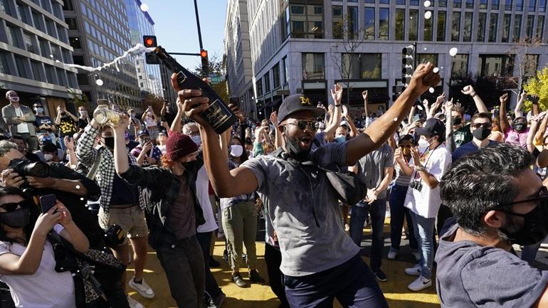 Δείτε LIVE: Χιλιάδες Αμερικανοί στους δρόμους γιορτάζουν τη νίκη του Μπάιντεν