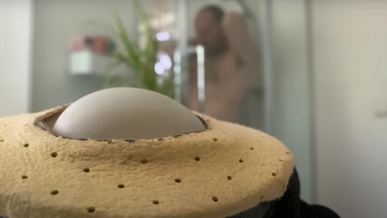 Youtuber επωάζει ένα αβγό με το σώμα του