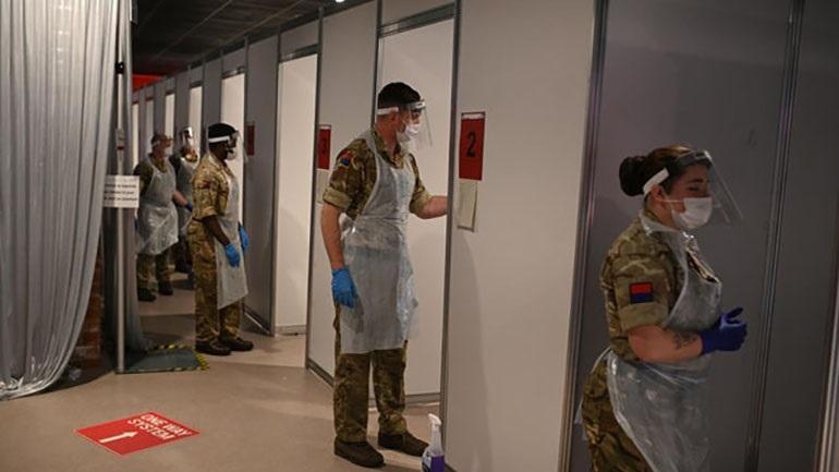 Εικόνες πολέμου στη Βρετανία: Ετοιμάζουν εγκαταστάσεις εμβολιασμού σε γήπεδο ποδοσφαίρου