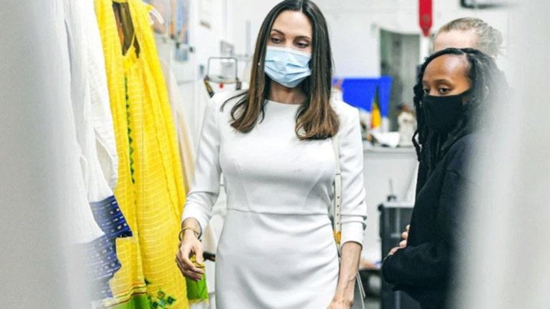 H κομψή total white εμφάνιση της Angelina Jolie στο Los Angeles
