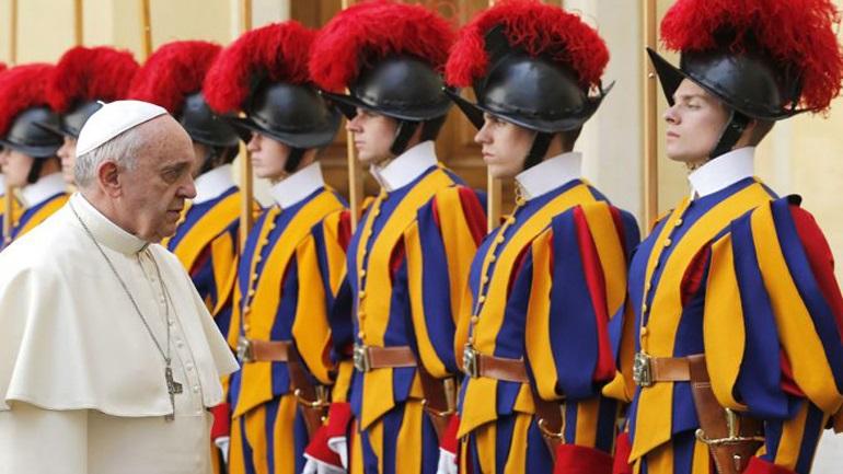 Οι σωματοφύλακες του Πάπα της Ρώμης είναι αληθινοί bodyguards, όχι attraction