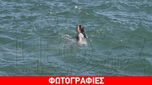 Τουρίστες κάνουν μπάνιο στη παραλία Θεσσαλονίκης