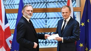 Παραδόθηκε στον Τουσκ η επιστολή Μέι για το Brexit