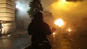 Επίθεση με μολότοφ σε διμοιρία των ΜΑΤ στο κέντρο της Αθήνας