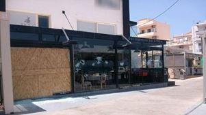 Χανιά: Έκαναν θρύψαλα την τζαμαρία καφέ μπαρ στο Κουμ Καπί