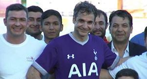 Ο Κυριάκος Μητσοτάκης έπαιξε ποδόσφαιρο με την ομάδα των Ελλήνων