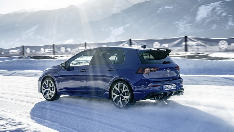 Against the snow with the 320 hp VW Golf R