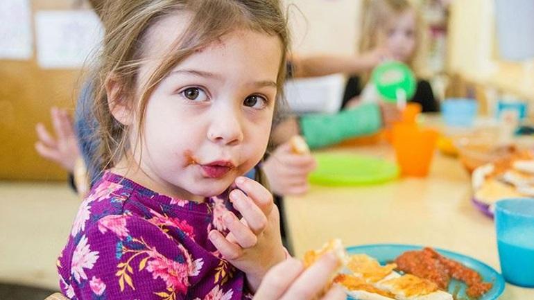 Οι βασικοί τρόποι συμπεριφοράς που πρέπει να μάθει το παιδί στο τραπέζι