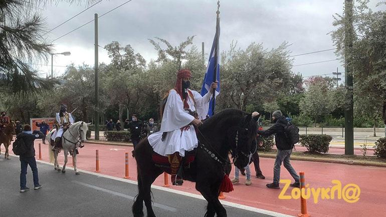 Εντυπωσιακές εικόνες από τους έφιππους που συμμετέχουν στις εκδηλώσεις για την 25η Μαρτίου