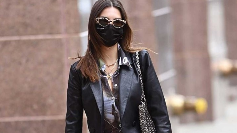 Emily Ratajkowski: Με leather κοστούμι και αθλητικά στους δρόμους της Νέας Υόρκης