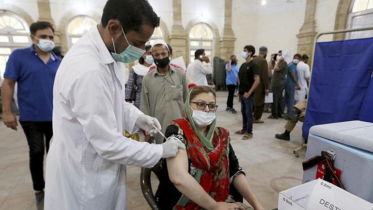 Το Πακιστάν παρέλαβε τις πρώτες δόσεις του εμβολίου της AstraZeneca μέσω τους προγράμματος COVAX
