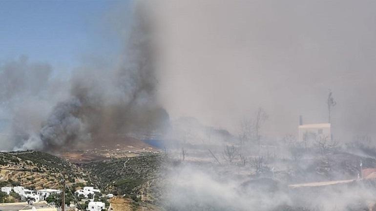 Μεγάλη φωτιά στην Πάρο – Απειλείται οικισμός