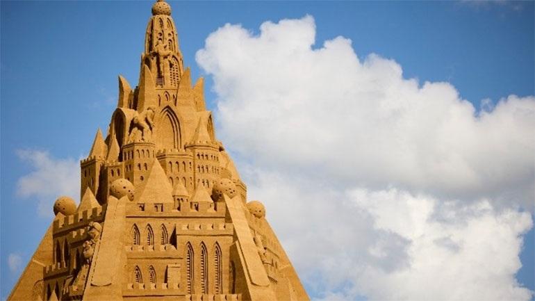 Καλλιτέχνες δημιούργησαν το ψηλότερο κάστρο από άμμο στη Δανία