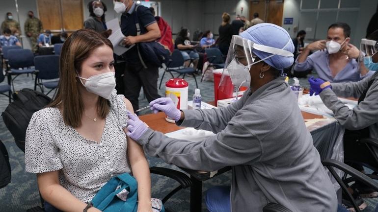 CDC: Οι εμβολιασμένοι μαθητές και εκπαιδευτικοί  στις ΗΠΑ μπορούν να πετάξουν τη μάσκα
