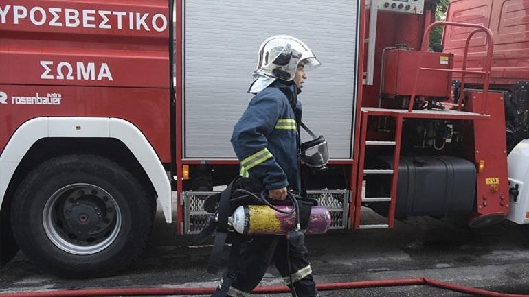 Φωτιά στη Σαλαμίνα κοντά σε κατοικίες