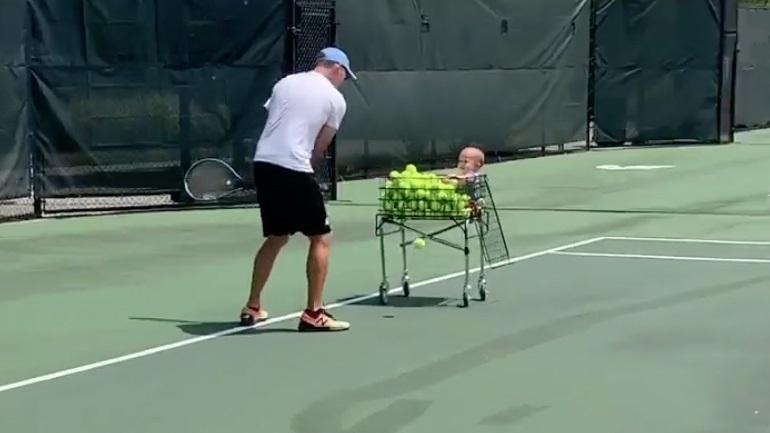Mωρό συμμετέχει στην προπόνηση του μπαμπά του