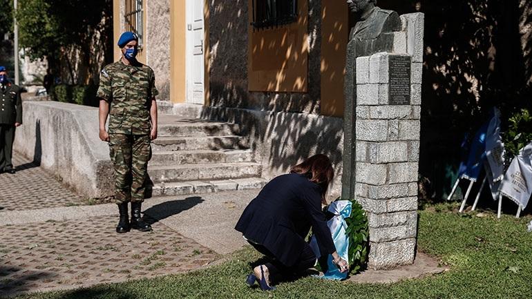 Η Κ. Σακελλαροπούλου κατέθεσε στεφάνι στο πρώην ΕΑΤ-ΕΣΑ για την 47η επέτειο από την πτώση της Χούντας