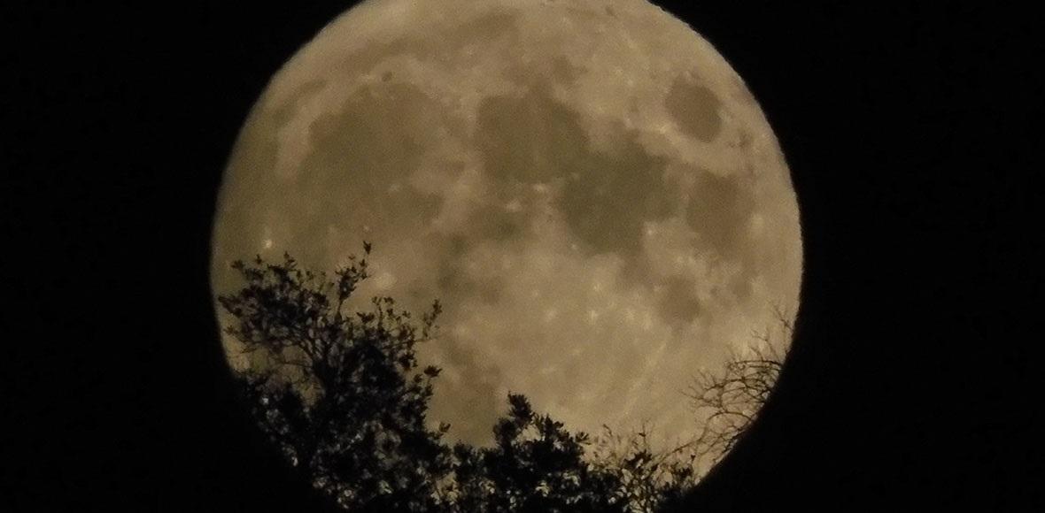 Το φεγγάρι ανατέλλει