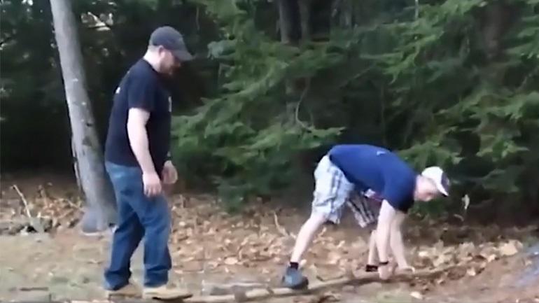 Άνδρες σπάνε ένα κλαδί