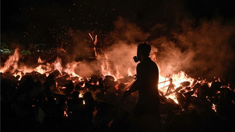 Οι φλόγες έφτασαν στην Εθνική Οδό στο ύψος της Μαλακάσας