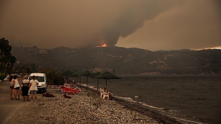 Απομακρύνθηκαν 350 πολίτες από το Πευκί Ευβοίας με φεριμπότ λόγω της πυρκαγιάς