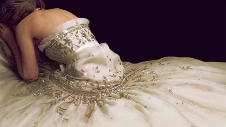 Μυστικά πίσω από το φόρεμα της Κρίστεν Στιούαρτ στην αφίσα της ταινίας «Σπένσερ»