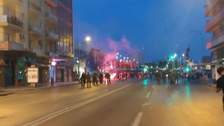 Ένταση μεταξύ αντιεξουσιαστών-αστυνομικών στην Καμάρα – Πέταξαν κροτίδες και πέτρες