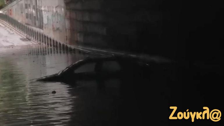 Νέα Κηφισιά: Εγκλωβίστηκε αυτοκίνητο κάτω από τη γέφυρα της οδού Ερυμάνθου