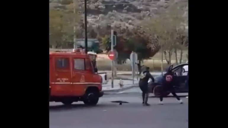 Η στιγμή που οι Ρομά επιτέθηκαν στους πυροσβέστες στο Σχιστό