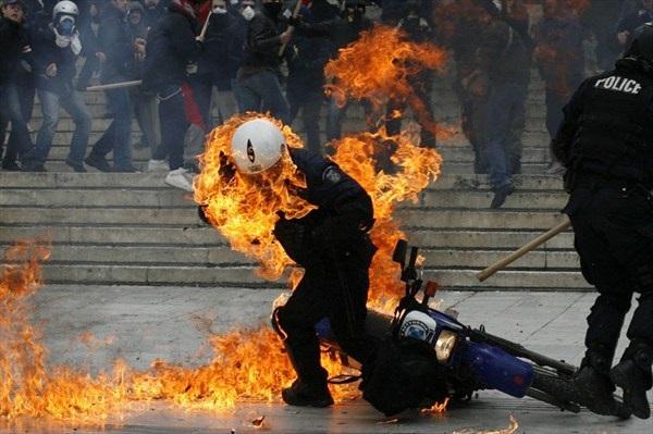 Bildergebnis für αστυνομικος καίγεται