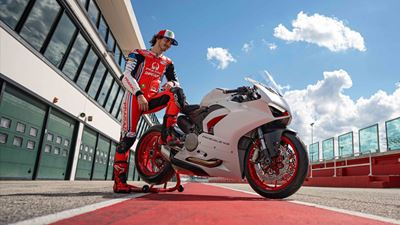 Ducati Panigale V2 White Rosso: Στα χέρια του Pecco Bagnaia!