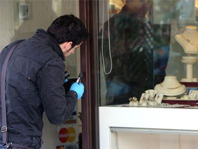 Έκλεψαν κοσμηματοπωλείο στη Χρυσούπολη με τη μέθοδο της απασχόλησης! Λεία 1.000 ευρώ