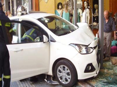 Λάρισα: Αυτοκίνητο εισέβαλε σε κατάστημα