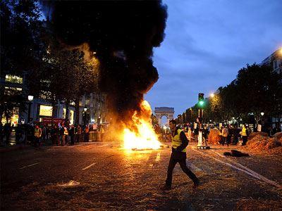 Γαλλία: Αγρότες έβαλαν φωτιά στην εφορία