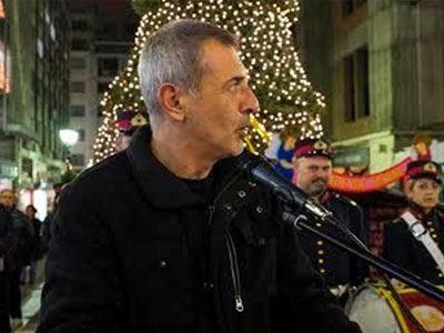 Φωταγωγήθηκε το χριστουγεννιάτικο δέντρο του Πειραιά