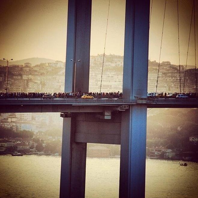 Σημερινή άποψη της γέφυρας του Βοσπόρου με χιλιάδες διαδηλωτές να κατευθύνονται προς το κέντρο της Πόλης
