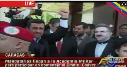O Μαχμούντ Αχμαντινεντζάντ χαιρετά το πλήθος που θρηνεί. Έφτασε στον χώρο της τελετής περίπου στις 17.00 - ώρα Ελλάδος