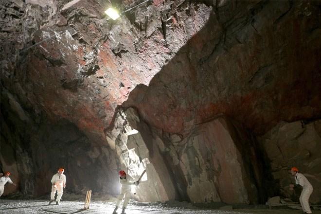 5 Δεκεμβρίου. Το πρώτο παιχνίδι κρίκετ κάτω από το έδαφος είναι γεγονός. Ο αγώνας -που έγινε για φιλανθρωπικό σκοπό- διεξήχθη 610 μέτρα κάτω από τη γη, μέσα στο ορυχείο Honister Slate στο Keswick της Αγγλίας. Για την ιστορία, οι δύο αντίπαλες ομάδες ήταν των χωριών Threlkeld και Caldbeck. Νικητές αναδείχθηκαν οι Caldbeck.