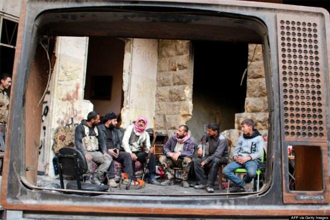 6 Νοεμβρίου. Μία οικογένεια ανταρτών στο Χαλέπι της Συρίας, όπως φαίνονται μέσα από μία σπασμένη οθόνη τηλεόρασης λίγο πριν τη μάχη με στρατιώτες του καθεστώτος. Από τον Μάρτιο του 2011, οπότε και ξέσπασε η εμφύλια διαμάχη στη χώρα, έχουν χάσει τη ζωή τους πάνω από 126.000 άνθρωποι..