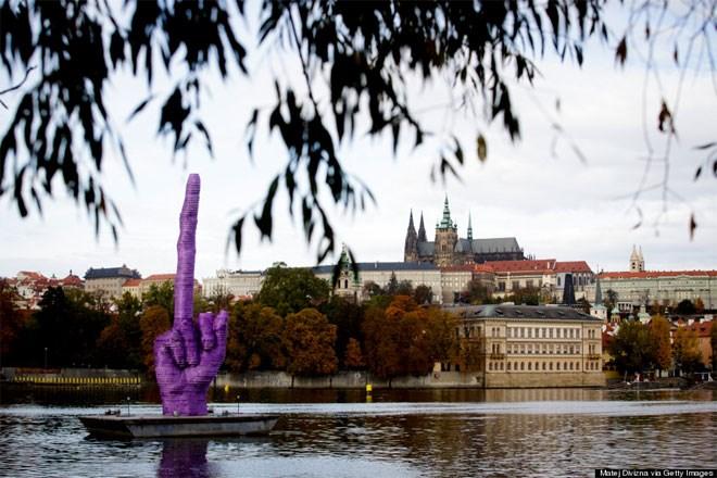 21 Οκτωβρίου. Ένα τεράστιο μοβ μεσαίο δάχτυλο - δημιουργία του Τσέχου καλλιτέχνη Ντέιβιντ Τσέρνι- επιπλέει επιβλητικά στον ποταμό Βτλάβα. Για την ιστορία, δείχνει ένα κάστρο της Πράγας, εκεί όπου εργάζεται ο Τσέχος πρόεδρος Μίλος Ζέμαν.