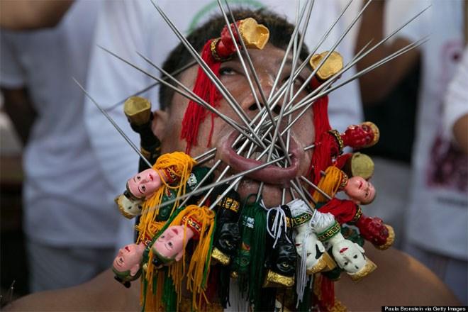 10 Οκτωβρίου. Στο Πουκέ της Ταϊλάνδης διεξάγεται το Φεστιβάλ Χορτοφάγων όπου ιθαγενείς τρυπούν τον εαυτό τους προκειμένου να εξαγνιστούν από τα διαβολικά πνεύματα. Το φεστιβάλ έχει τις ρίζες του πίσω στις αρχές του 1800.
