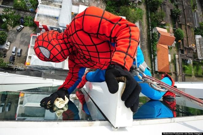 12 Ιουλίου. Ένας 37χρονος από την Ινδονησία, γνωστός και ως ο «Spider-Man καθαριστής τζαμιών» επί το έργον στο 18 ορόφων ξενοδοχείο Αλάνα στη Surabaya. Σύμφωνα με την αμερικανική εφημερίδα, ο συγκεκριμένος μπορεί να καταφέρει να κερδίσει εκατοντάδες δολάρια από τη δουλειά του, αναλόγως τη δυσκολία.