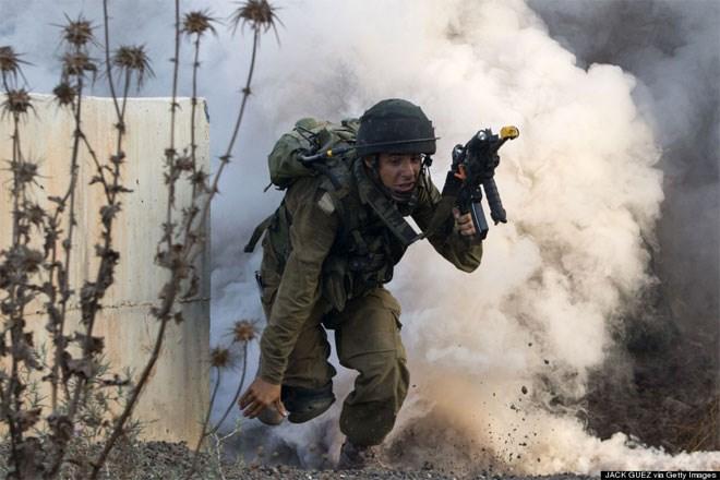 11 Ιουλίου. Αν και πρόκειται για μία στρατιωτική άσκηση ρουτίνας, ωστόσο το βλέμμα του φόβου σε αυτό τον Ισραηλινό στρατιώτη κόβει την ανάσα. Η άσκηση είχε σχεδιαστεί ως προσομοίωση μάχης με την εξτρεμιστική οργάνωση του Λιβάνου, Χεζμπολάχ.