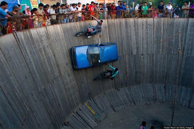 20 Ιουνίου. Ένας δεξιοτέχνης οδηγός και δύο μοτοσικλετιστές κάνουν στην Ινδία τον γύρο του θανάτου με ακόμη μεγαλύτερο βαθμό δυσκολίας από ό,τι συνήθως.