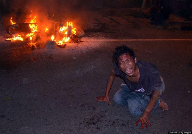 18 Ιουνίου. Διαδηλώσεις ξεσπούν στο Μεντάν της Βορείου Σουμάτρας στην Ινδονησία, μετά από αυξήσεις στις τιμές των καυσίμων. Αν και δεν φαίνεται στη φωτογραφία, ο τραυματισμένος διαδηλωτής φωνάζει σε αστυνομικό.